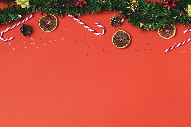 Świąteczny blichtr, piernik, foremka do ciastek, trzcina cukrowa, suszona pomarańcza, ozdoby i szyszka na czerwono
