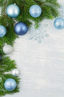 Świąteczny bożego narodzenia tło z błękitną i srebną xmas dekoracją i xmas drzewem