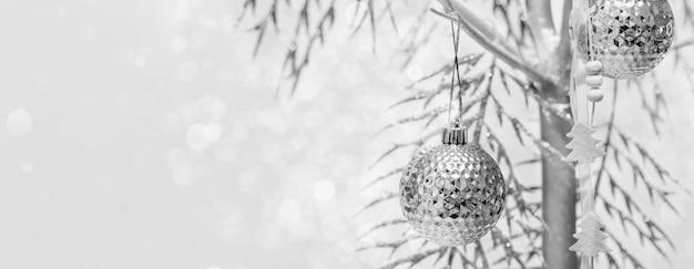 Świąteczny czarno-biały baner z alternatywną choinką z pomalowanego na srebro i dekorowanego drewna z miejscem na kopię.
