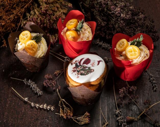 Świąteczny deser. ładnie zdobione babeczki na drewnianym stole