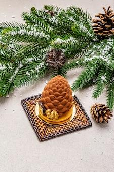 Świąteczny deser w kształcie świątecznego stożka jodłowego. koncepcja nowego roku na słodycze.