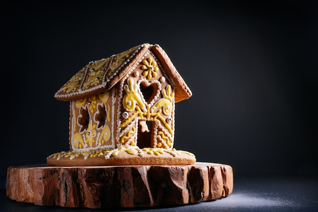 Świąteczny domek z piernika w ciemnym pokoju