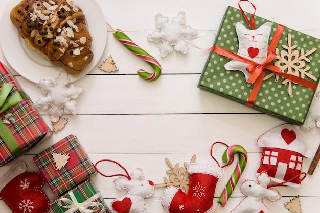 Świąteczny drewniany stół z prezentami w granicach. skopiuj miejsce na tekst. mieszkanie leżało na ferie zimowe