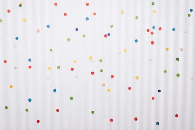 Świąteczny konfetti na białym tle. boże narodzenie i nowy rok tło z miejsca na kopię