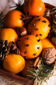 Świąteczny kosz - jodła, mandarynki i przyprawy na śniegu