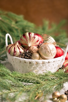 Świąteczny kosz z czerwonymi i złotymi ornamentami