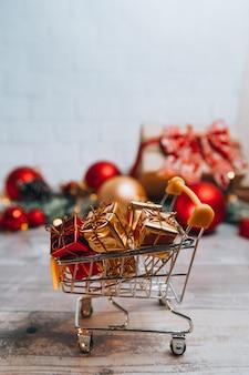 Świąteczny koszyk z prezentami