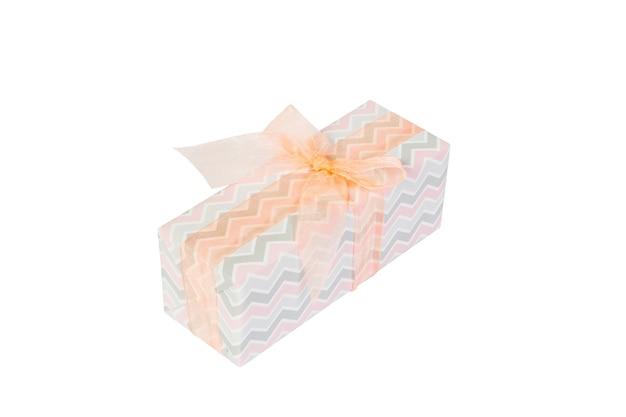 Świąteczny lub inny świąteczny prezent ręcznie robiony z kolorowego papieru z pomarańczową wstążką