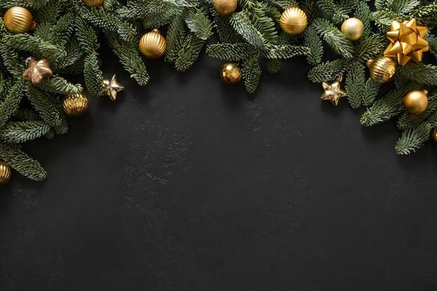 Świąteczny łuk z gałęziami nobilis złote kulki kartka z życzeniami bożego narodzenia szczęśliwego nowego roku widok z góry