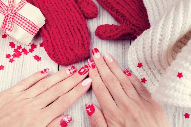 Świąteczny manicure artystyczny, kolor czerwony i biały