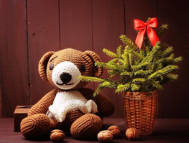 Świąteczny miś zimowy z jodłą i świecącą girlandą