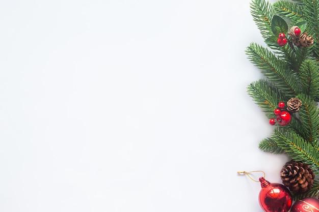 Świąteczny motyw świąteczny na białym tle od flat lay.