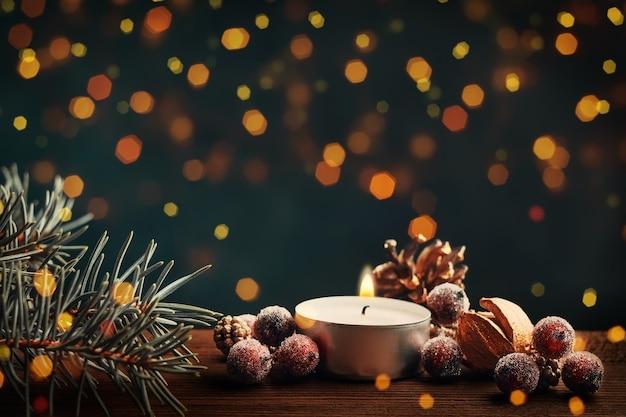 Świąteczny motyw ze świecą. bokeh