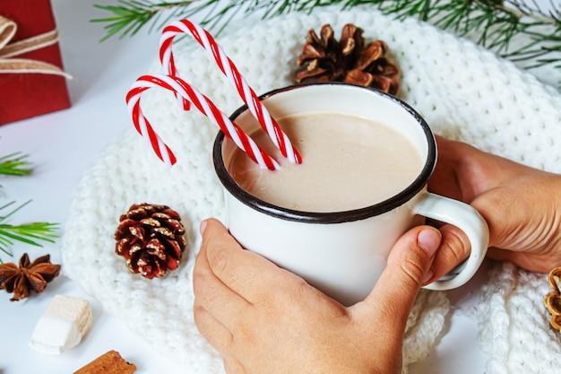 Świąteczny napój. szczęśliwego nowego roku. selektywne skupienie