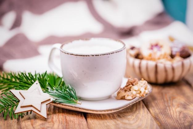 Świąteczny nastrój z kawą cappuccino i domowymi ciasteczkami