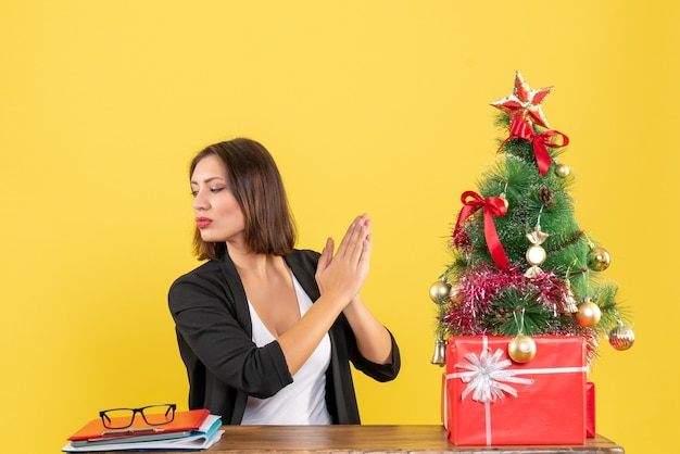 Świąteczny nastrój z młodą szczęśliwą piękną kobietą, patrząc na coś w biurze