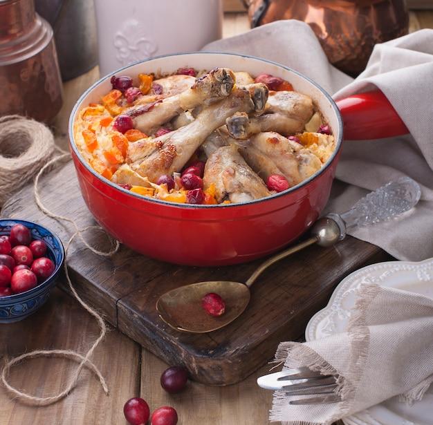 Świąteczny obiad na drewnianym tle, ryż z kurczakiem i jagodami, plastry sera