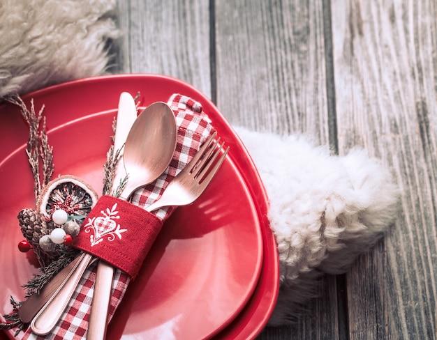 Świąteczny obiad sztućce z wystrojem na drewnianym stole