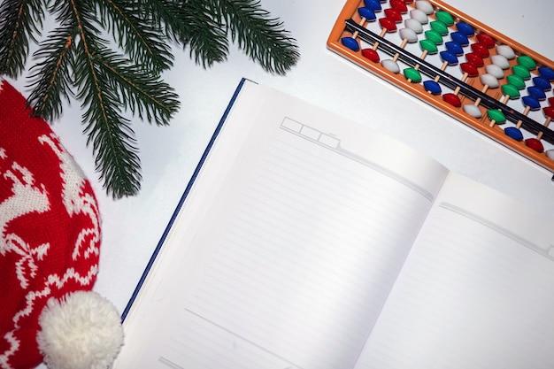 Świąteczny pamiętnik z pustym notatnikiem na list do świętego mikołaja, listę życzeń lub zajęcia adwentowe na białym tle