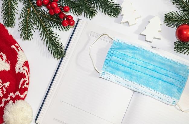 Świąteczny pamiętnik z pustym notatnikiem na list do świętego mikołaja, listę życzeń lub zajęcia adwentowe