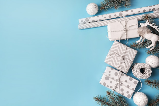 Świąteczny papier do pakowania i białe prezenty