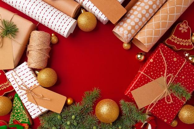 Świąteczny papier pakowy, pudełka na prezenty na czerwonym tle