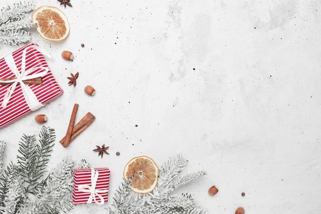 Świąteczny płaski widok z góry z dekoracjami czerwonych pudełek na prezenty jodła cynamon