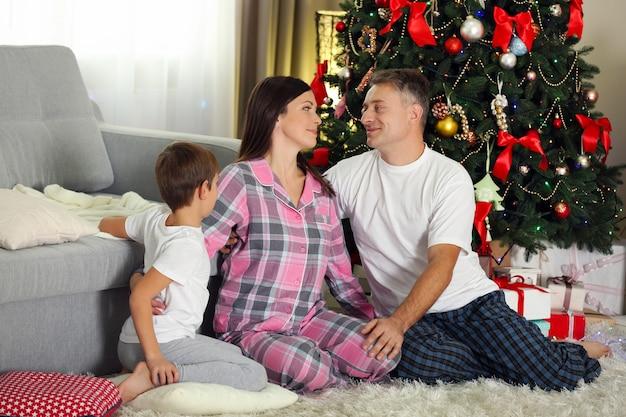 Świąteczny portret rodzinny w salonie w domu wakacyjnym, rano