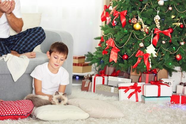 Świąteczny portret rodzinny w salonie w domu wakacyjnym, w świąteczny poranek