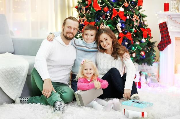 Świąteczny portret rodzinny w salonie w domu wakacyjnym