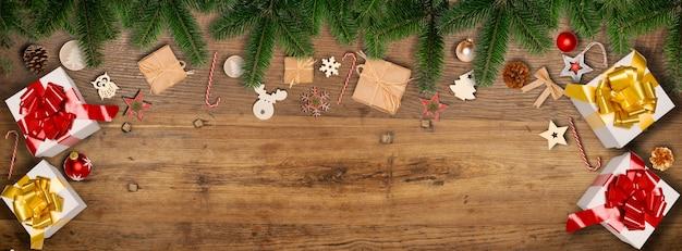 Świąteczny poziomy baner płaski świecki ornament ozdoba z miejscem na kopię na tle drewna
