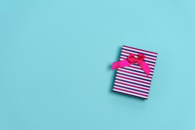 Świąteczny prezent różowy z kokardką