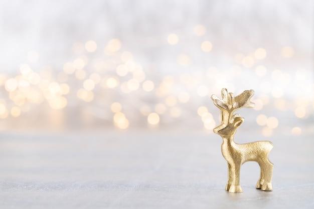 Świąteczny renifer. minimalna koncepcja bożego narodzenia lub nowego roku.