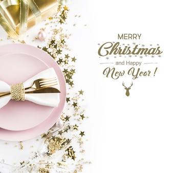 Świąteczny różowy stół z złotym wystrojem.