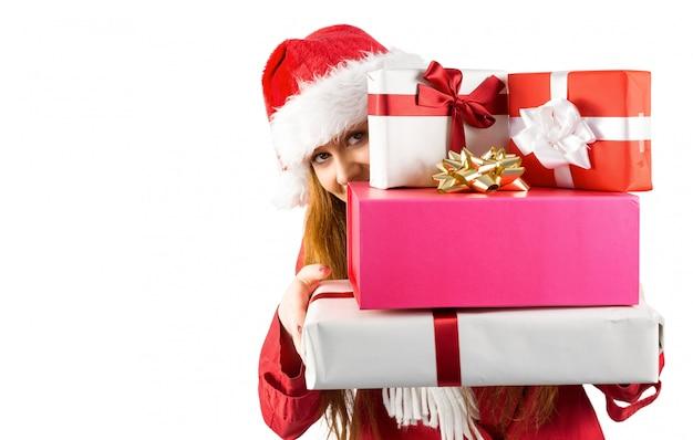 Świąteczny rudzielec mienia stos prezenty