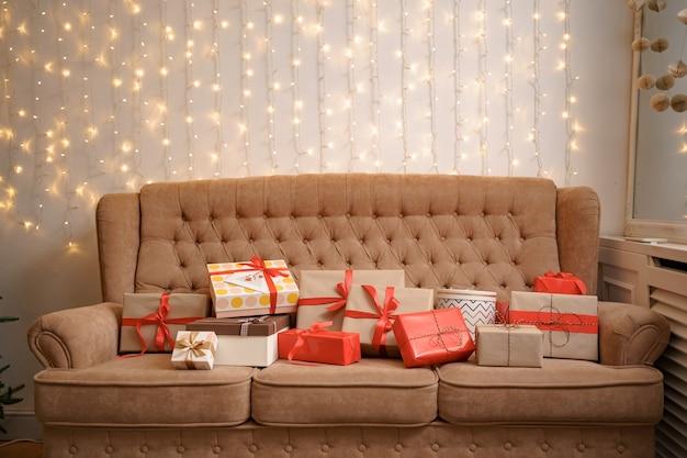 Świąteczny salon z choinką i prezentami na sofie