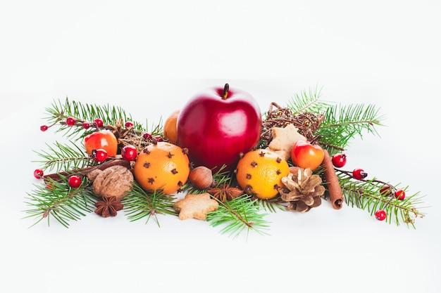 Świąteczny słodki wystrój - jodła i mandarynki, jabłko i przyprawy