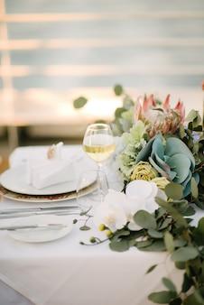 Świąteczny ślub stół ustawienie. dekoracja stołu w dniu ślubu