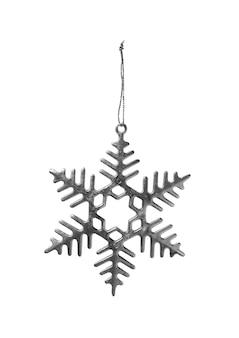 Świąteczny srebrny ozdobny płatek śniegu wiszący na srebrnym błyszczącym sznurku na białym tle
