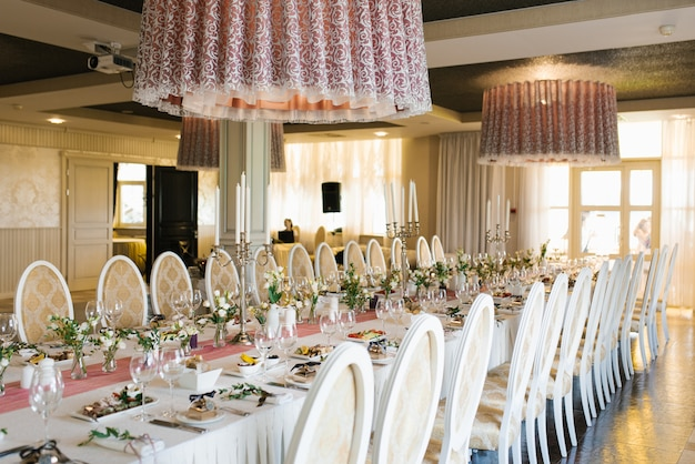 Świąteczny stół bankietowy na weselu w klasycznym stylu