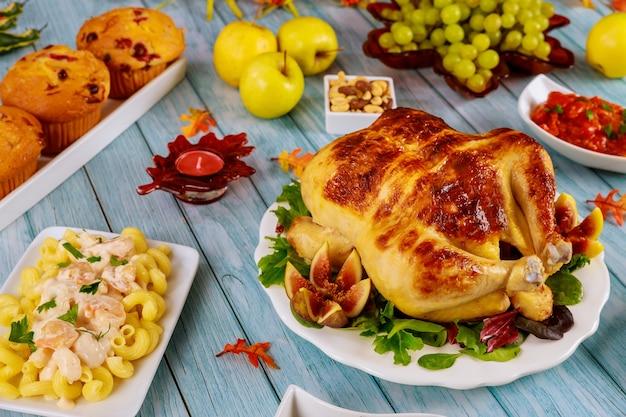 Świąteczny stół imprezowy święto dziękczynienia z tradycyjnym świątecznym jedzeniem.
