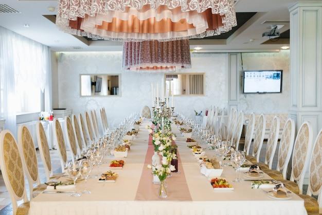 Świąteczny stół podany na wesele w kawiarni lub restauracji