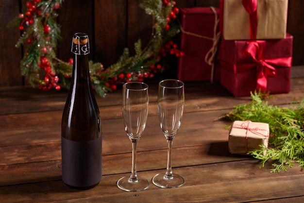 Świąteczny stół świąteczny w okularach i butelce