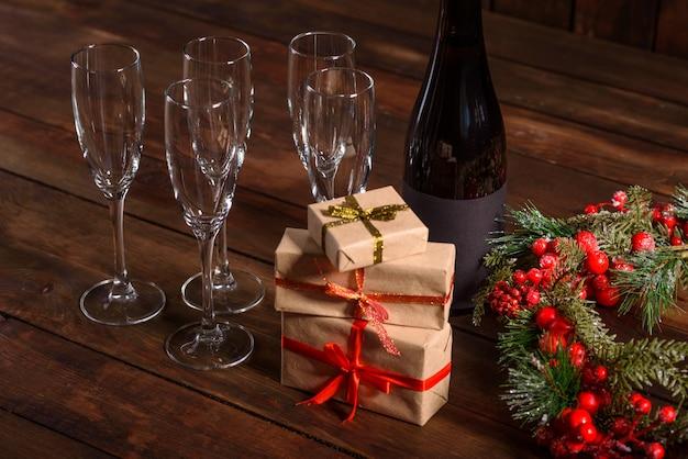 Świąteczny stół świąteczny z okularami, butelką i prezentami