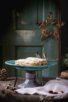 Świąteczny stół z eclairs