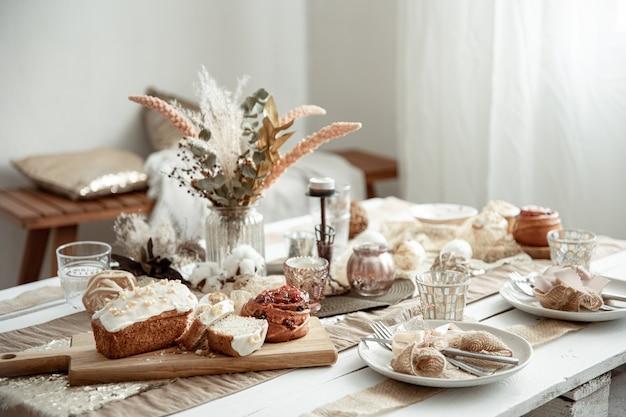Świąteczny stół z piękną oprawą i świeżo upieczonymi wielkanocnymi wypiekami.