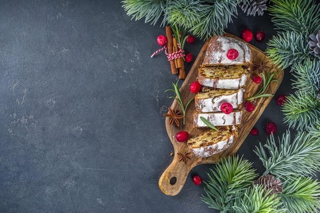 Świąteczny stollen z marcepanem z cukrem pudrem i rodzynkami