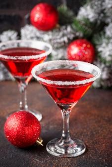Świąteczny świąteczny koktajl czerwony martini
