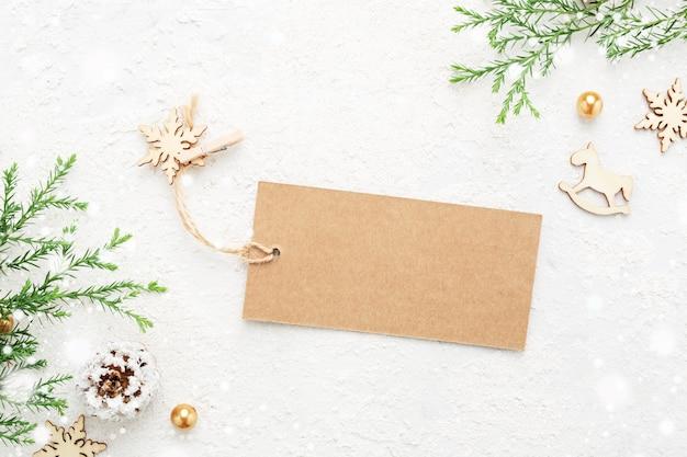 Świąteczny tag prezent z dekoracją noworoczną i śniegiem na białym tle.