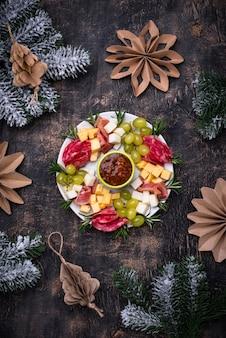 Świąteczny talerz przekąsek i przystawek w kształcie świątecznego wieńca